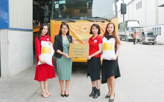 越南千禧龍傳媒信息科技股份公司通過越南紅十字會向中部災民捐贈價值2億越盾的10噸大米。