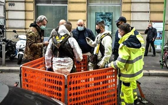 警方派出警員通過窨井地下通道搜索疑犯。(圖源:互聯網)