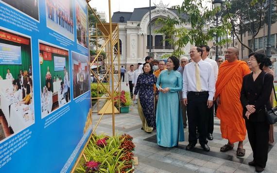 市領導與各代表觀展。
