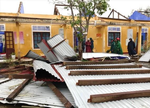 承天-順化沿海的一所小學校屋頂遭颱風吹掀,到處一片狼藉。(圖源:阮成)