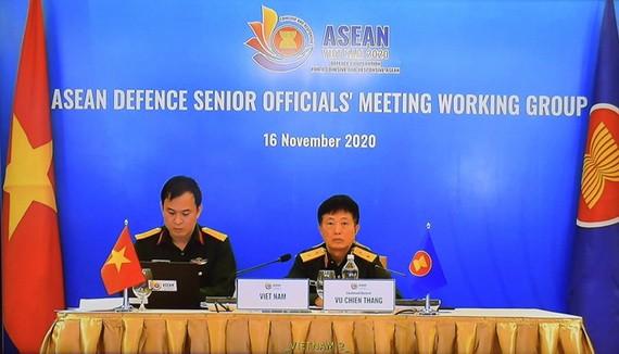 越南ADSOM WG組長武戰勝中將(右)主持會議。(圖源:元海)