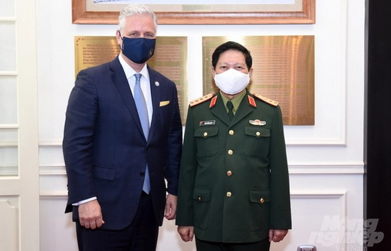 國防部長吳春歷大將(右)接見美國國家安全顧問羅伯特‧奧布萊恩。(圖源:松丁)