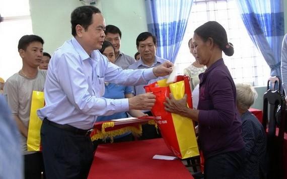 越南祖國陣線中央委員會主席陳清敏向廣義省災民表示親切慰問並贈送禮物。(圖源:明軍)