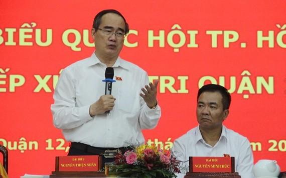 市國會代表團長阮善仁(左)在接觸會上回答選民的質詢。(圖源:黎叉)