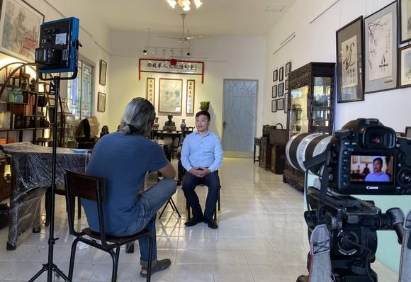 越南中央電視台採訪西堤華人文物收藏家麒麟。