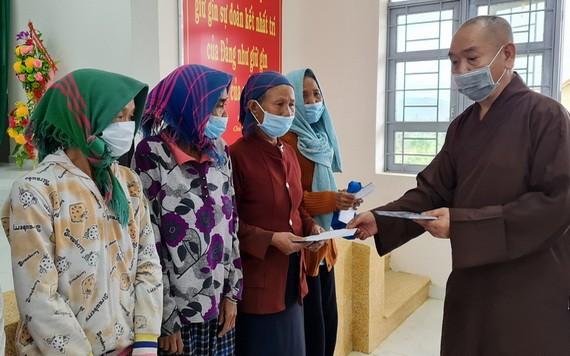 釋慧功上座將本報的善款轉贈給富安省160個特困家庭。