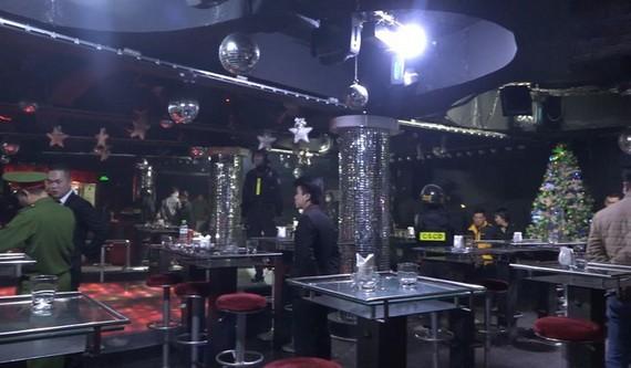 職能力量對V-Club 酒吧進行突擊檢查時現場。(圖源:林園)