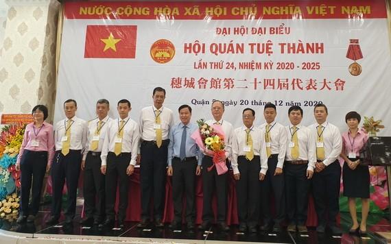 穗城會館第廿四屆理事會成員集體亮相。