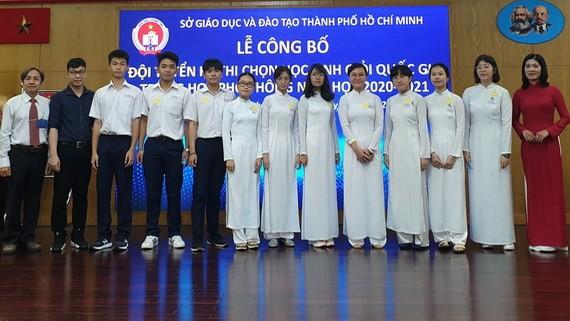 代表本市參加中文科考試的學生與市教育廳領導及老師合照。