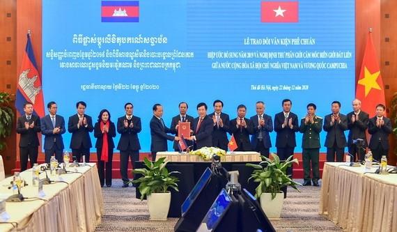 外交部長范平明與柬埔寨駐越大使Chay Navuth 交換批准文件。(圖源:越通社)