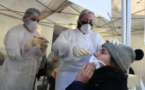 醫護人員對市民進行新冠病毒檢測取樣。(圖源:新華社)