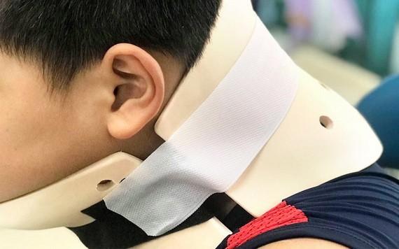 仿照網絡空翻的男童獲固定頸部以觀察傷情。
