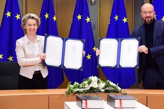 歐盟委員會主席萊恩(左)及歐洲理事會主席米歇爾簽署協議。(圖源:互聯網)