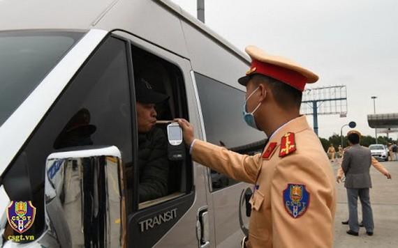 交警在給一名司機進行呼氣式酒精測試。(圖源:交警局)