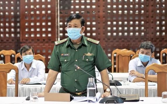 西寧省邊防部隊指揮部指揮長黎鴻王大校(中)。(圖源:紅深)