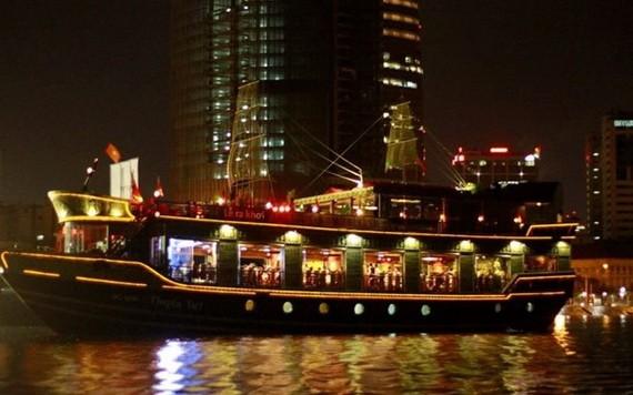 旅客可在白騰碼頭乘坐遊艇,一邊觀賞西貢河上夜間美景,一邊欣賞美食。(圖源:耀基)