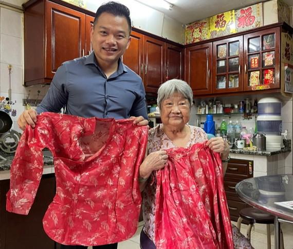 利蘇妹向陳列室捐贈其60年前結婚時穿的裙褂。