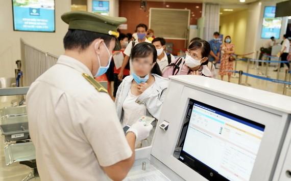 機場安檢查核乘客身份證件。(圖源:NIA)