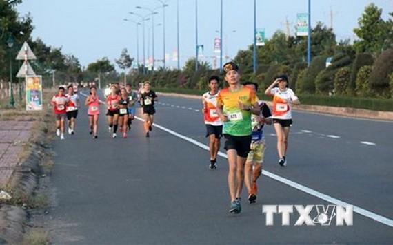 參賽者在經過武元甲街路段。(圖源:越通社)