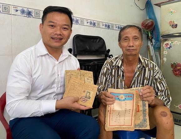 鍾貴有(右)把收藏已久的華人證件與資料捐給陳列室。