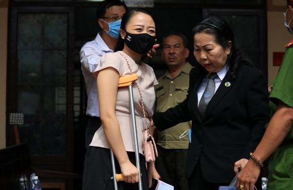 受害者阮氏碧紅須靠拐杖出庭。