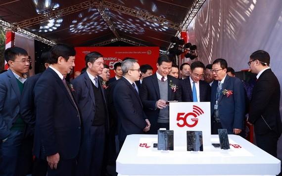 新聞與傳播部、Viettel及北寧省領導在安豐1工業區體驗5G飆速上網及應用服務。