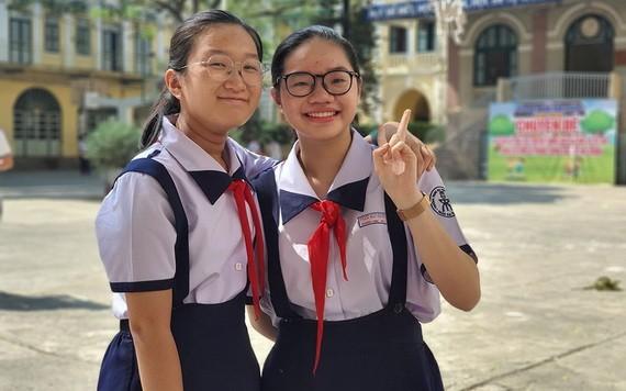 阮玉慶齡(右)和好同學慶安經常用英語交談、爭論以提高英語水平。