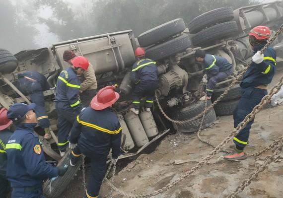 救護隊趕抵事故現場搜救被困在車上的人員。(圖源:TTO)
