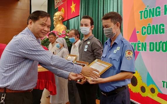 郡民運處主任阮長青向個人頒發獎狀。