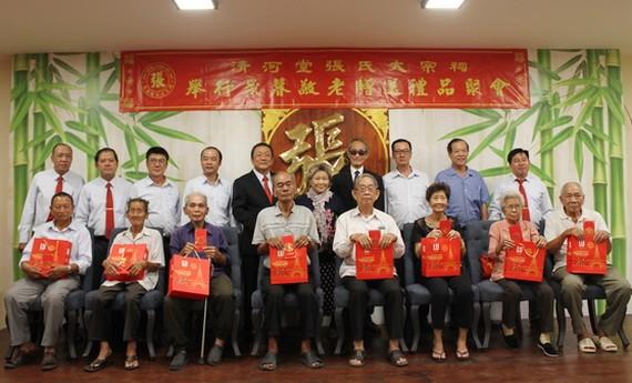 該宗祠理事長張敬明(左五)向諸位長者贈送歲暮禮物。