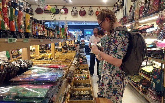 一名西方女遊客在選購旅遊紀念品。