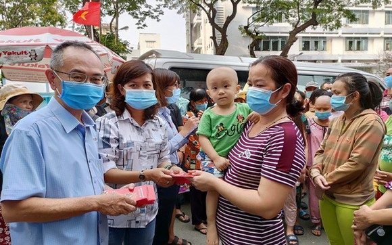 范興主任與陳月寶副主席向病童贈送紅包。