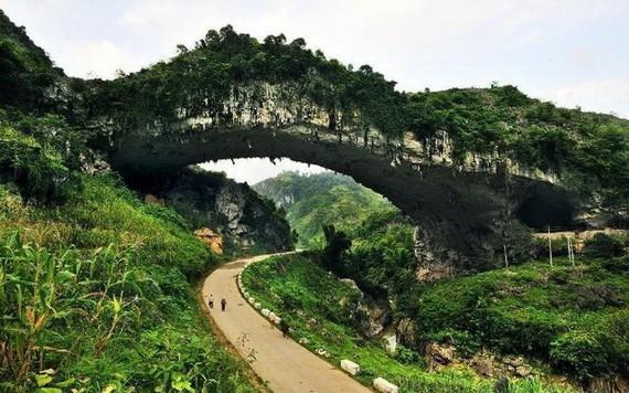 中國年代最久的天生橋,私藏在廣西大山裡,距今已有2億多年歷史。