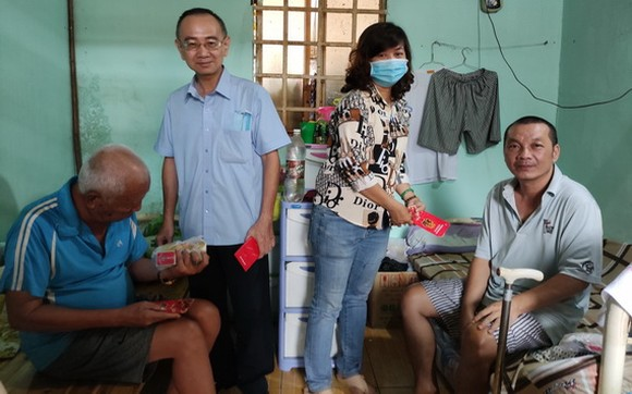 范興主任(左二)和工會副主席陳月寶向玉光精舍長者贈送紅包。