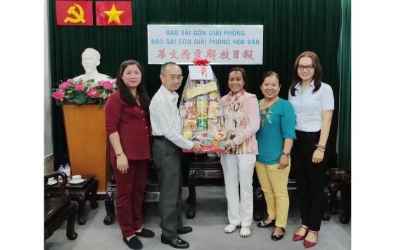 范興主任(左二)接受代表團贈送禮物。