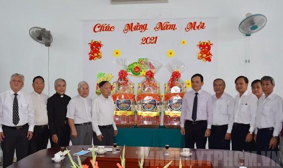 市委常務副書記陳留光(右五)親往探望市天主教團結委員會及越南南方基督教總聯會並祝賀新年。(圖源:市黨部新聞網)