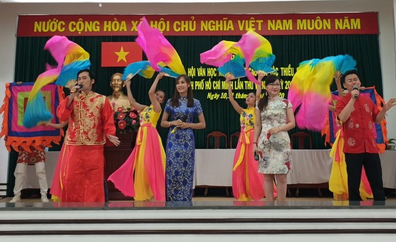 華人歌舞節目慶祝第六屆大會。