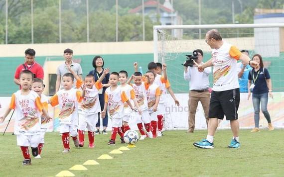 朴恆緒主教練正培訓小球員。