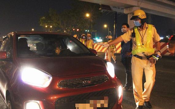 交警截停一輛轎車,隨即要求司機下車接受呼氣酒精測試。(圖源:意鈴)