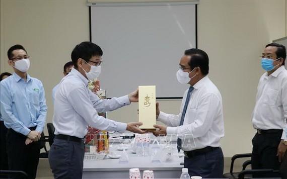 隆安省領導向Vina Eco Board公司拜年並贈送春禮。(圖源:越通社)