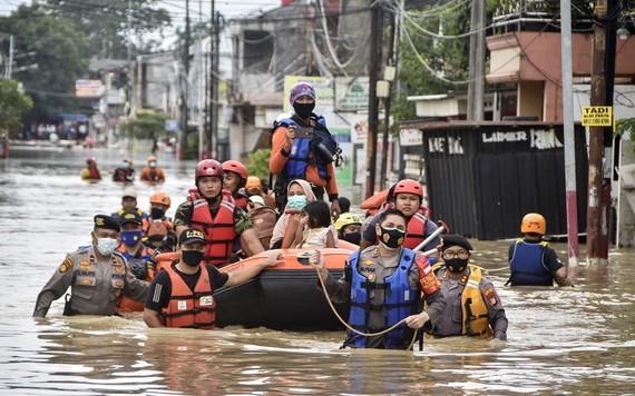 救援人員划船幫助民眾撤離。(圖源:AFP)