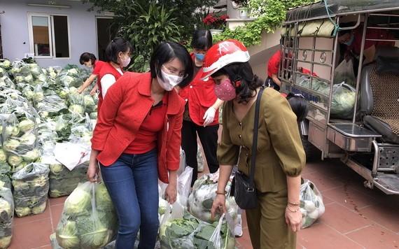 河內市民前到越南紅十字會中央辦事處購買農產品。(圖源:VOV)