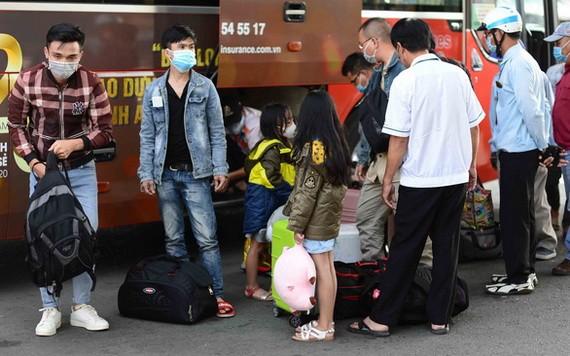 平盛郡舊東區車站迎接來自順化、峴港市的乘客。