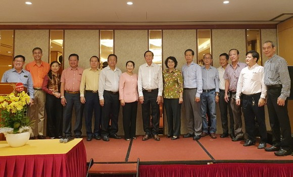 市領導與華人企業家合照。