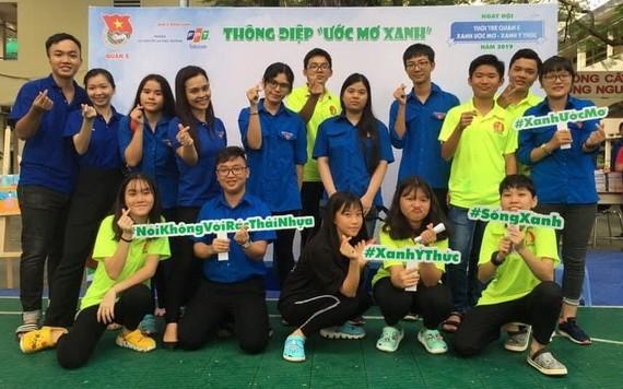 第十四坊共青團書記楊美蓉(左四)與地方青少年合照留念。