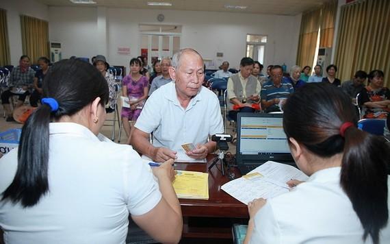 退休者辦理領取退休金手續。(圖源:耀基)