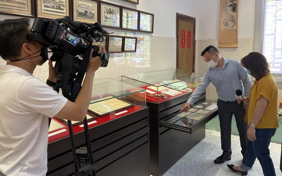 市電視台第九頻道採訪麒麟與收集西堤華人文物故事。