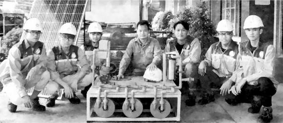 陶英光(中)師生們所研製的濾水器。