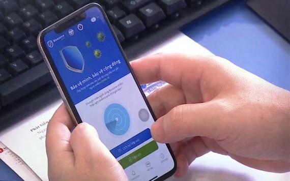 某一智能手機用戶在安裝藍區應用程式。(圖源:VTV)
