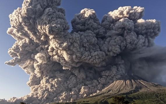 印尼錫納朋火山週二清晨開始噴發,火山濃煙遮蓋大片天空。(圖源:路透社)